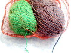 Ovillos en malla tejiendo a crochet