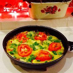Frittata z ziemniakami i papryką pod przykrywką z pomidorów i szczypiorku