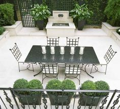 Outdoor dining area in a home in London, England designed by Helen Green Design Outdoor Living Rooms, Outdoor Dining, Outdoor Decor, Como Plantar Pitaya, Helen Green, Green Interior Design, Outdoor Areas, Exterior Design, Outdoor Furniture Sets