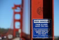 米カリフォルニア(California)州サンフランシスコ(San Francisco)のゴールデンゲートブリッジ(Golden Gate Bridge、金門橋)に設置された、電話で緊急・救急カウンセリングが受けられることを告知する標識(2014年3月12日撮影、資料写真)。(c)AFP/Getty Images/Justin Sullivan ▼28Jun2014AFP|ゴールデンゲートブリッジに自殺防止網を設置へ、米報道 http://www.afpbb.com/articles/-/3019076 #Golden_Gate_Bridge