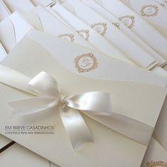 ✨Produção de hoje na @lojaembrevecasadinhos✨ O convite onda offwhiteéum luxo!   Peça seu orçamento pelo e-mail: atendimento@embrevecasadinhos.com.br#- #casamento #noiva #lojaembrevecasadinhos #casamentoclassico #classico #offwhite #convitedecasamento #floripa #noivinhaantenada #noivinhadeluxo #noivas #voucasar #vamoscasar #embrevecasadinhos
