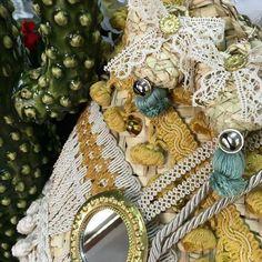 """Le mie creazioni si potrebbero definire """"Coffe di stile"""" le mie borse e pochettes hanno una base in """"curina"""" (il cuore della palma nana), che poi trasformo, in accessori unici e invidiabili, con trine, nastri, passamanerie, fiocchi, ricami e guarnizioni varie. Burlap Wreath, Wreaths, Home Decor, Handkerchief Dress, Locs, Decoration Home, Room Decor, Bouquet, Interior Decorating"""