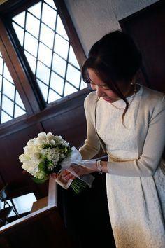挙式装花 高輪教会様へ ワンピースのドレスのブーケと、冬の日の花 : 一会 ウエディングの花