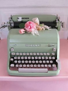 Retro Vintage Vintage Mint Typewriter If I ever find a cool one I'll buy it. Where I know still arts typewriter vintage where - Vintage Mint Typewriter . If I ever find a cool one, I'll buy it. Where will I drop it? Photo Vintage, Vintage Love, Vintage Modern, Retro Vintage, Vintage Stuff, Design Vintage, Wedding Vintage, Vintage Market, Vintage Flowers