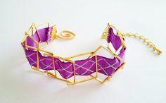 bracelet rubans violet motifs graphiques blanc et carrés dorés, fermoir spirale / collection été 2017 : Bracelet par loonita