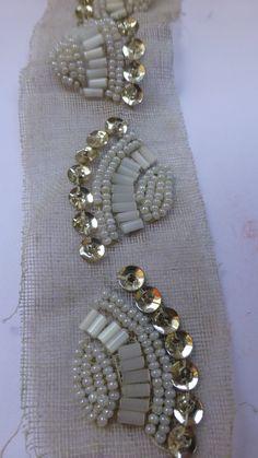 Échantillon de broderies de perles destinées destinée à la haute couture, dénichée aux puces du canal. Savoir faire aujourd'hui disparu de France, ces échantillons sont à préservés absolument, pour que le métier puisse renaître un jour