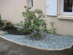 Parterre avec cailloux jardin on pinterest raised pond for Parterre de cailloux blancs