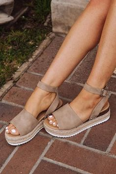 Espadrilles with taupe-colored ankle strap - No Rest For Br .-Espadrilles mit taupefarbenem Knöchelriemen – No Rest For Bridget Espadrilles with taupe ankle strap – No Rest For Bridget # ankle strap - Cute Sandals, Cute Shoes, Me Too Shoes, Simple Sandals, Cute Wedges Shoes, Slide Sandals, Ankle Strap Heels, Ankle Straps, Ankle Booties