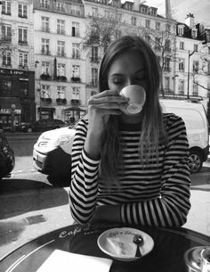 Daydreaming of drinking coffee at Café de Flore. Rouje Jeanne Damas, Look Fashion, Autumn Fashion, 90s Fashion, French Fashion, Street Fashion, Vintage Fashion, Parisienne Chic, Looks Chic