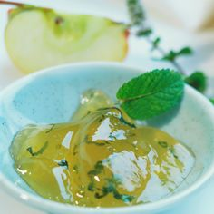 This Quick Apple & Mint Jelly is perfect to go with your lamb roast dinner. Mint Recipes, Jelly Recipes, Top Recipes, Apple Mint Jelly Recipe, Apple Jelly, Lamb Dinner, Roast Dinner, Cooking Herbs, Homemade Butter