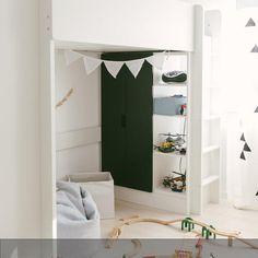 Unter dem Hochbett ist ausreichend Platz für die Modellbahn vorhanden. Das ganze Kinderzimmer auf roomido.com #roomido