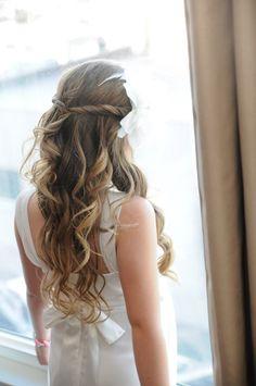 lange Haare mit Locken - halboffene Frisur mit weißem Blumen-Accessoire