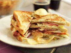Club sandwich kanalla ja pekonilla - klubi voileipään voi laittaa täytteeksi myös suolakurkkua, munia ja kanan fileepihvin sijaan kana- tai kalkkunaleikettä - Lisukkeeksi ranskalaiset tai sipsejä