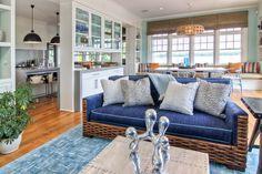 Дизайн гостиной совмещенной с кухней: полный обзор по всем стилям (фото) http://happymodern.ru/dizajn-gostinyx-sovmeshhennyx-s-kuxnej-45-foto-obzor-variantov/ Кухня-гостиная в морском стиле, зонированная мебельной перегородкой: шкафом с посудой, прозрачным с двух сторон