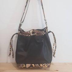 Nona couture 👜🧵 sur Instagram: ☆ Sac Armonie ☆ [EN VENTE sur mon site : www.nonacouture.com] ▪︎Sac seau ▪︎Bi-colore cuir d'agneau noir et imprimé serpent ▪︎Dimensions :…