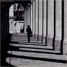 """""""Life in a grid"""" La #PicOfTheDay #turismoer di oggi passeggia tra luci e ombre lungo il #portico di #CorsoCairoli a #ReggioEmilia. Complimenti e grazie a @mirehoracio / Today's #PicOfTheDay #turismoer strolls between lights and shadows under #CorsoCairoli's #arcades in #ReggioEmilia. Congrats and thanks to @mirehoracio"""