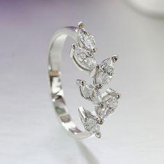 Nuevo anillo plateado con estilo elegante y detalles florales con circonita…