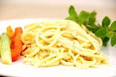 Min opskrift på pasta i flødesovs kan laves på få minutter, og laves med skalotteløg, hvidløg, hønsefond og piskefløde. Spaghetti, Dinner, Ethnic Recipes, Drinks, Dining, Drinking, Beverages, Food Dinners, Drink