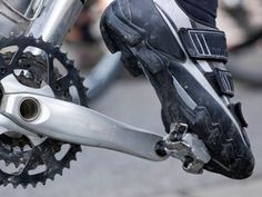 Switching to clipless pedals can be a great way to improve speed, efficiency and comfort on the bike. But that doesn't mean it's easy. Use these tips to steer clear of a beginner's blunder. college student tips Mountain Bike Parts, Mountain Bike Pedals, Bicycle Pedals, Best Mountain Bikes, Mountain Bike Shoes, Mountain Biking, Trike Bicycle, Bicycle Art, Fixed Gear Bike