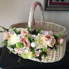 💐В наявності! 💐Великодній кошик з червоними акцентами 💐 розмір XL 💐гамма кольорів різноманітна, пишіть і скину у дірект усі інші, ця форма… Floral Bags, Flower Basket, Bird Cage, Cloth Bags, Flower Arrangements, Swatch, Easter, Flowers, Ideas
