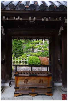 Chion-in (知恩院) is a major temple in Kyoto and boosts the largest gate in Japan…