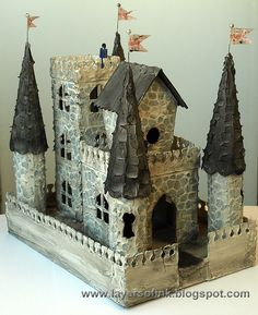 Layers of ink - Medieval Castle Tutorial. Make your own castle with Sizzix dies… Cardboard Castle, Cardboard Crafts, Putz Houses, Fairy Houses, Crafty Projects, Art Projects, Model Castle, Castle Crafts, Castle Project