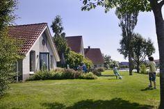 4-persoons comfort cottage SR369  Description: Pluspunten - Midden in een natuurgebied in fietsprovincie Drenthe - Ruime vrijstaande cottages op schiereilandjes met terras aan het water - Vissen zwemmen en waterfietsen in en op de Grote Rietplas - Dicht bij Emmen 9-holes golfbaan en Wildlands Adventure Zoo Emmen - Rust en ruimte aan een glinsterend meerCenter Parcs SandurMidden in een natuurgebied in de fietsprovincie Drenthe ligt Parc Sandur. Ontdek ongerepte stukjes natuur luisterend naar…