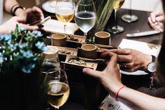 """Devinez qui je vois aujourd'hui ? Ma coupine Morane du blog @healthy_diet_mo  Ce soir une chouette soirée de prévue avec @legodillot et demain direction les pop up de Bruxelles avec @lescomptoirsdorta et @tiroirdelou puis @zora_by_l chez LULU  Suivez tout ça sur snapchat via mon compte """"RASPBERRYLIPSTI""""  : Photo de la soirée @brewedbynature. N'oubliez pas que le restaurant pop up n'est ouvert qu'un mois profitez en !!"""