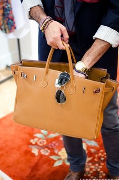 Stunning Hermes Man Tote, with Aviator Shades, Wrist Huggers. Hermes Men, Hermes Bags, Hermes Handbags, Hermes Birkin, Luxury Handbags, Look Fashion, Fashion Bags, Fashion Accessories, Mens Fashion