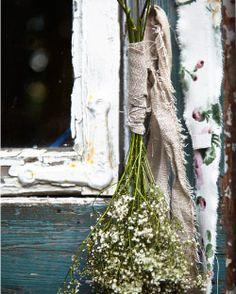 Frische Blumen eingewickelt in einem Stück AINA Meterware naturfarben