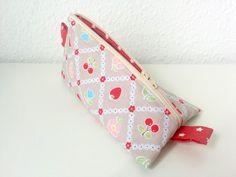 Fruchtiges Schminktäschchen, Kosmetiktasche - ein Designerstück von swainn auf http://de.dawanda.com/product/50106894-schminktaeschchen-kosmetiktasche-kirsche-blumen