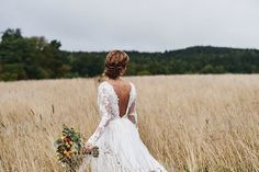 Lantligt bröllop med ladufest: Micaela + Emil - Lilly is Love Perfect Wedding, Dream Wedding, Wedding Day, Elegant Wedding Gowns, Wedding Dresses, Beach Wedding Photography, Just Married, Marry Me, Photo Poses