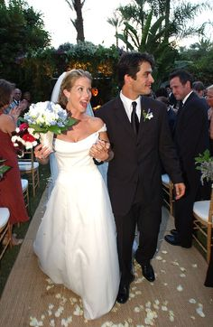 For a more formal look, Christina Applegate carried a bouquet with stems wrapped in shiny satin ribbon.
