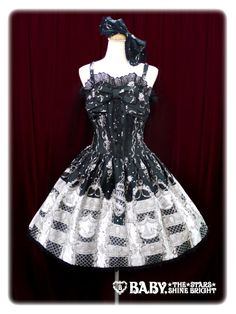 Masquerade Theater JSK Set Brand:  Alice and the Pirates Masquerade Theater柄ジャンパースカート   Product Number:  P10OJ205 Item Type:  JSK Price:  ¥31,104 Year:  2014 Colors:  Black Features:  Lining, Partial shirring, Corset lacing, Adjustable straps, Side zip Other notes:  [Material] Main fabric: Cotton Satin (100% cotton) Lining: 100% polyester Lace: Cotton lace  [Additional Information] - Similar Released: 106P213 Masquerade Theater柄ジャンパースカート (2010)  Bust:  90~100cm Waist:  68~78cm Length:  93cm