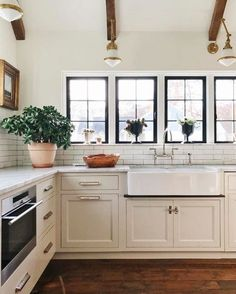 Kitchen decor ideas, White tiles inside your bathroom blend excellently with vibrant wall colors. To make the tiles pop, take into consideration painting blues, or bright green. Furthermore, it a simple thing to modify within the look at a later date. Stylish Kitchen, New Kitchen, Kitchen Dining, Kitchen Decor, Kitchen Cabinets, Kitchen Counters, Kitchen Ideas, Grand Kitchen, Kitchen Nook