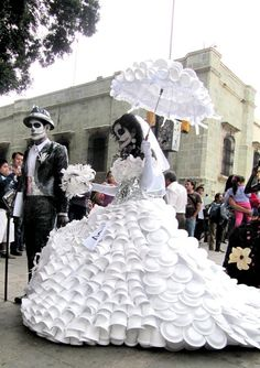 Día de Muertos in Oaxaca, Mexico - amazing upcycled costumes Maquillage Halloween, Halloween Makeup, Halloween Costumes, Recycled Dress, Black Moon, Recycled Fashion, Mexican Art, Day Of The Dead, Goth Girls