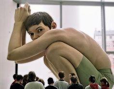 Escultura hiper-realista do artista australiano Ron Mueck.