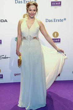 Gerade noch bei GZSZ, jetzt schon beim Echo 2014: Senta-Sofia Delliponti in einer Art Brautkleid mit Kopfschmuck.