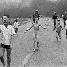 40 anos, Foto tirada em 8 de junho de 1972 mostra um pequeno grupo de crianças fugindo das explosões na vila de Trang Bang, no Vietnã. A imagem tornou-se símbolo da guerra. Kim Phuc aparece nua, no centro, entre o irmão mais novo, Phan Thanh Phouc, que perdeu um olho, e dois primos, que aparecem de mãos dadas, Ho Van Bon e Ho Thi Ting