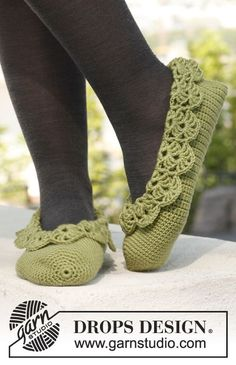 "Maybe make these in red, with green lace trim as strawberry slippers? Prima Ballerina - Crochet DROPS ballerina slippers with lace edges in ""Merino Extra Fine"". - Free pattern by DROPS Design Crochet Boots, Crochet Gloves, Crochet Baby Booties, Crochet Woman, Love Crochet, Knit Crochet, Crochet Slipper Pattern, Crochet Patterns, Knitting Patterns"