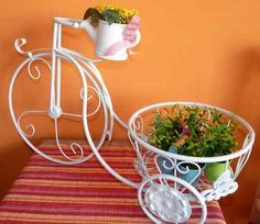 Carretilla Portamaceta. Estilo Shabby Chic. Estilo Shabby Chic, Metal Wall Art Decor, Iron Decor, Tricycle, Plant Hanger, Planters, Gardening, Courtyards, Wheels