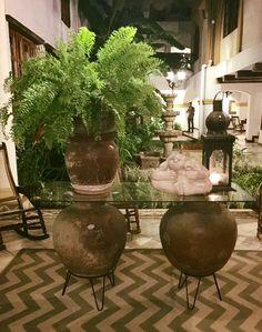 Base de mesa con Ollas de barro, decorado con helechos at Hotel Colonial, Granada. Nicaragua.