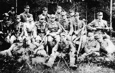 """Maj 1945. Żołnierze PAS NSZ Okręgu Lubelskiego z oddziału mjr. Mieczysława Pazderskiego """"Szarego"""" (stoi trzeci od lewej)."""