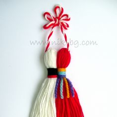 Pin by Shakuntla Devi on Woolen flower weaving Baba Marta, Woolen Flower, Woolen Craft, Chicken Crafts, Yarn Dolls, Tassel Necklace, Tassels, Weaving, Flowers