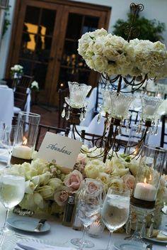 mesa com flores brancas