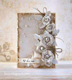 Z miliona zaproszeń, jakie robiłam została mi jedna zagubiona baza. Z poprzedniej kartki zostało mi kilka ręcznie zrobionych kwiatków. Dodał...