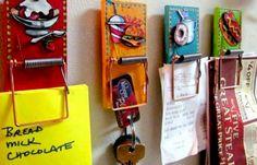 Porta appunti originale!   Ecco un esempio di riciclo creativo a dir poco originale! Trappole per topi per intrappolare appunti e oggetti vari. Dopo una accurata pulizia dopo averle colorate con vernici sgargianti in questo caso sono state anche decorate con disegni applicati ad effetto 3D. Ed ecco come delle squallide trappole per topi sono uscite dalle cantine per guadagnare un posto di tutto rispetto in casa!  La Favola Incantata - Articoli regalo Bomboniere Idee Originali Handmade Made…