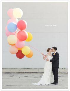 foto de boda con globos - modern chicago wedding