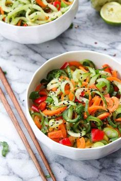 Raw Asian Cucumber Sesame Salad: Bright flavors and crunchy textures! Paleo, vegan, and low FODMAP. Spiralized carrots and cucumber Vegan Lunch Recipes, Healthy Salad Recipes, Raw Food Recipes, Cooking Recipes, Vegan Lunches, Vegetarian Food, Food Tips, Food Food, Sin Gluten
