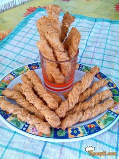 Recept za Hrskave spirale sa pivom. Za spremanje ovog jela neophodno je pripremiti susam, brašno, prašak za pecivo, so, ulje, pivo.